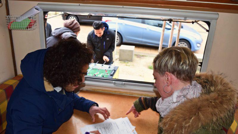 Eine Mitarbeiterin berät einen jungen Migranten im JIM